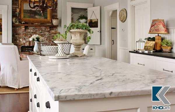 Đá tự nhiên trắng volakas làm mặt bàn ăn trông sạch đẹp sang trọng