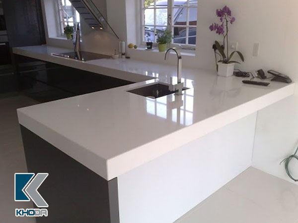 Mặt bếp đá trắng sứ rất được ưa chuộng hiện nay với độ bền bóng không thấm nước
