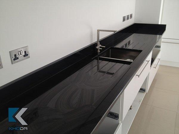 Đá ốp bếp đen ánh kim